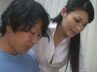 Jongen gets meer dan helpen voor zijn studies van heet leraar babe