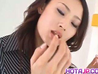 Risa murakami rondborstig sucks en licks tool