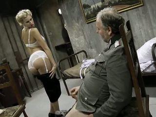 Млад момиче и an стар мъж having секс