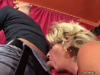 Babi enjoys analno fukanje stroj