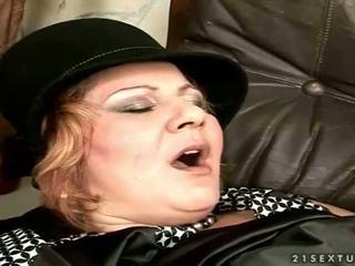 Vieille gets baisée sur la canapé