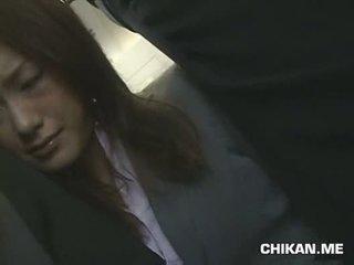 Businessgirl ledhatim nga stranger në një crowded treni