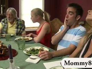 Tenger tiener in een trio met stiefmoeder
