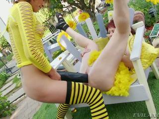 Slutty bee gets pounded iki didelis juodas dildos ir cocks