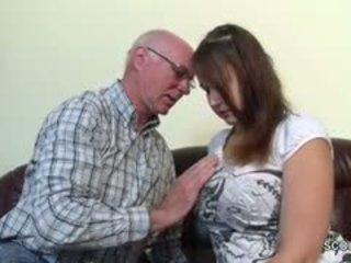 古い grandfather 誘惑する ドイツ語 grand-daughter へ 最初の ファック