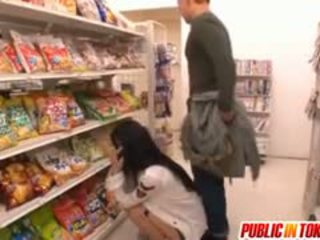 Sora aoi en fuerte doggy joder en tienda