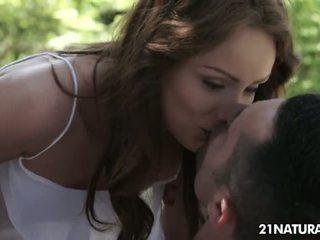 kvalitāte brunete, karstākie kissing, liels pīrsingu visvairāk