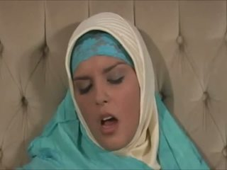 Stunning Muslima in Hijab with Great Body is a Sexaddict