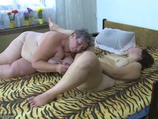 Oldnanny potelée demoiselles masturbate avec une jouet