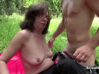 Allemand mère surprit dehors et baise par jeune garçon