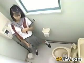 ญี่ปุ่น เด็กนักเรียนหญิง ด้วย a strapon