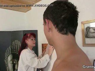 Ona enjoys jahanje njegov mlada kurac