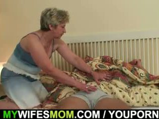 Njegov žena finds mu natepavanje mother-in-law!