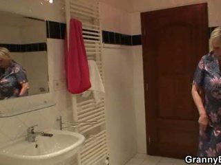 Vollbusig blond oma pleases ihm nach dusche