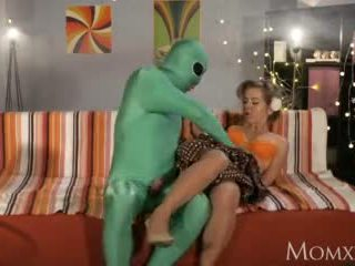 Mom lonely ibu rumah tangga gets jero probe from alien on halloween video