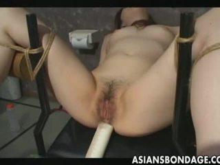 Γυναίκα είναι filled με γάλα κλύσμα και τότε ξυρισμένο