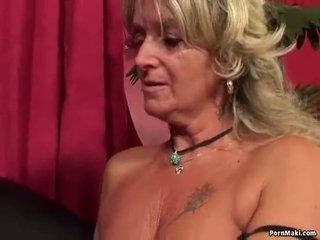 Bà nội having hậu môn giới tính với fucking máy