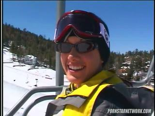 Taylor 비 relaxes 후 약 skiing