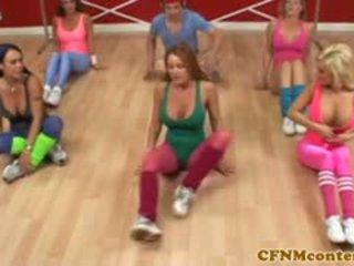 ผู้หญิงใส่เสื้อผู้ชายไม่ใส่เสื้อ femdoms ผู้ชายเลว ควย ที่ aerobics