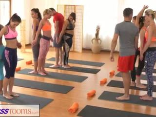 Fitnessrooms groups yoga session ends з a sweaty кінчання <span class=duration>- 18 min</span>