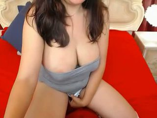 femme roumaine se met topless poitrine caresse