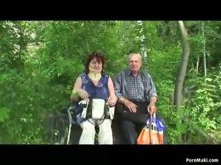 Bà nội và ông nội quái ngoài trời