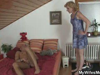 Girlfriends vroče mama helps mu prihajanje