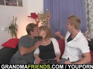 Σέξι μαμά swallows καβλί και λαμβάνουν αυτό από πίσω