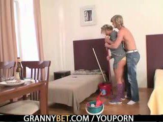 Възрастни housemaid gets тя путка filled с хуй