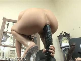 Amber rayne gapes hänen kusipää kanssa a pitkä musta dildoja