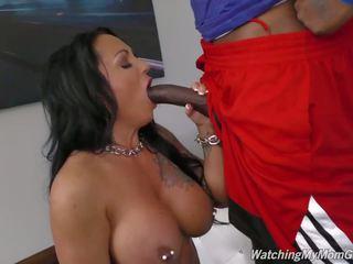 Με πλούσιο στήθος μητέρα takes μαύρος/η καβλί σε εμπρός του pervert γιός