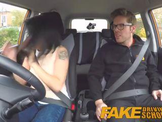 Fake driving 學校 野 騎 為 嬌小 英國的 亞洲人 同 眼鏡