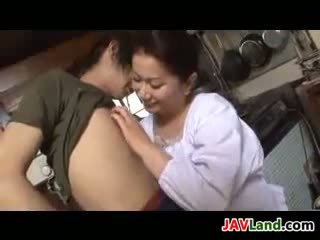 Rijpere japans vrouw sucks lul voor sperma