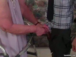 Babičky loses ji zuby zatímco sání