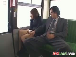 Japonais fille suçage bite en la bus