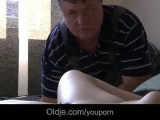 E ëmbël adoleshent masturbates seducing i vjetër porno actor në qij të saj e lagur pidh video
