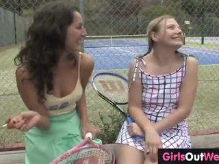 Atemberaubendes lesbisches Trio fickt draußen auf einem Tennisplatz