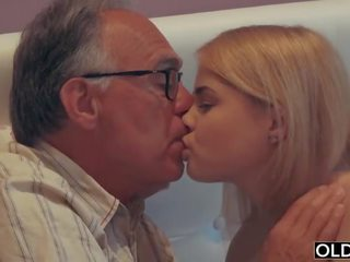 18 yo момиче целувки и fucks тя стъпка баща в негов спалня
