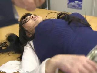 عملاق مفلس الآسيوية فتاة لعب مع guys في ال مكتب