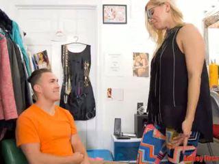 Mamytė works į a nusirengti klubas (modern tabu šeima)