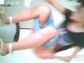 Intsik girls pumunta upang toilet.10