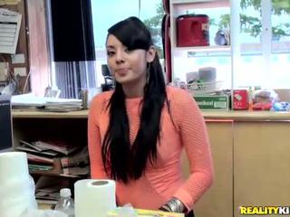 Sexy latina sasha plukken omhoog een dude en neuken