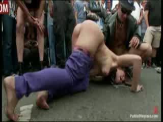 Dievča gets publicly spanked