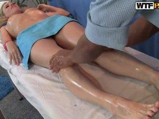 Ariana has su smooth coño massaged y bumped