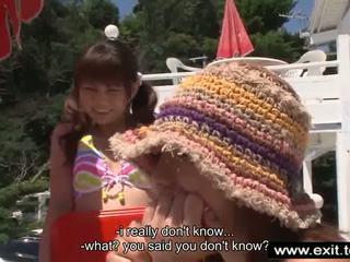 Japans serveerster aoyama pleasing haar baas