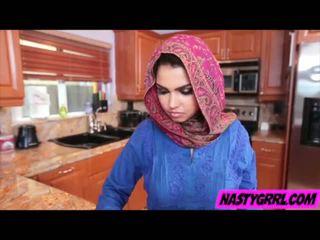 Hijabi meisje ada has naar zuigen piemel en obey