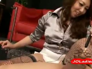 Kantoor dame dominating haar employee torturing zijn lul met speeltjes op de carpet in de kantoor