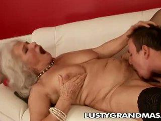 Lusty grandmas: vecmāte norma paklīdusi sieviete vēl loves jāšanās