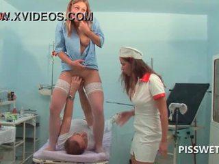 Lusty gynecologist öklözés és licking neki patients punci