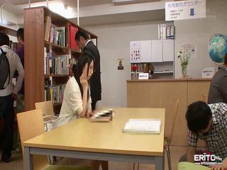 Japanska students chika och minori körd i den bibliotek